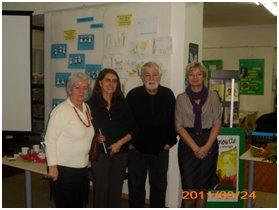 Pan Majewski z pracownikami biblioteki