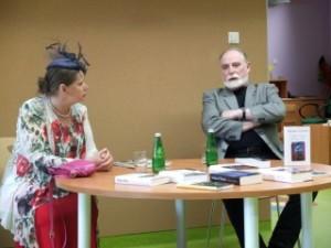 Autor z żoną siedzą przy stole