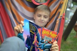 Chłopiec czyta Harrego Pottera