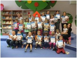 Zdjęcie grupowe dzieci trzymających dyplomy