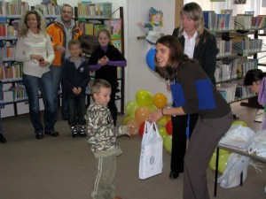 Dzieci odbierają nagrody