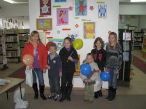 Uczestnicy konkursu z balonami