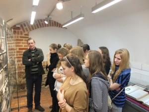 Młodzież ogląda wystawę w Piwnicach Ratuszowych