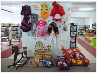 sciana wystawowa z eksponatami zabawkami