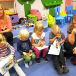 Dzieci siedzące w sali