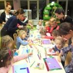 Dzieci zaczynające wykonywanie prac papierowych