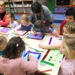 Dzieci wykonujące prace na papierze
