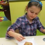 Dziewczynka z sercem na papierze