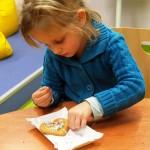 Dziecko z sercem na papierze