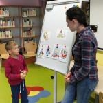 Dziecko stoi przed tablicą