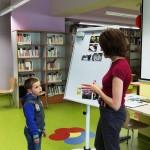 Dziecko stoi przy tablicy