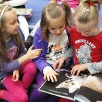Dzieci oglądają zdjęcie kota
