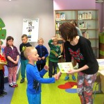 Chłopiec otrzymuje dyplom