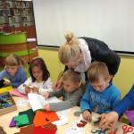 Dzieci wykonujące prace z papieru