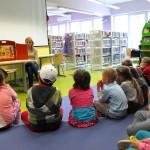 Dzieci oglądające skrzynkę