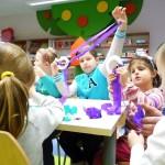 Dzieci wykonujące ozdoby z plasteliny