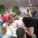 Dzieci pracują z pomocą opiekunów