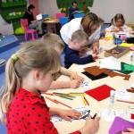 Dzieci wykonujące prace plastyczne