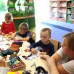 Dzieci wykonujące prace plastyczną