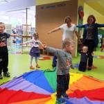 Dziecki i dorośli w czasie zabawy