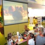 Dzieci oglądające film