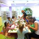 Dzieci wykonują prace z patyków