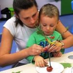 Opiekun z dzieckiem robi pracę z patykiem