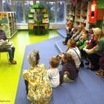 Dzieci słuchające czytania
