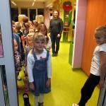 Dzieci wychodzące z pomieszczenia