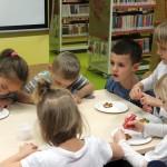 Dzieci przy talerzach