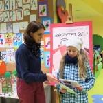 Wręczenie nagrody dla dziecka uczestniczącego w konkursie