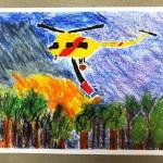 Praca pokazująca śmigłowiec strażacki gaszący pożar