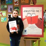 Uczestnik konkursu z książką