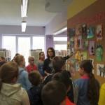 Dzieci słuchające o wystawie