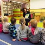 Bibliotekarka przedstawiająca dzieciom książkę