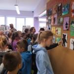 Małolaty oglądające wystawę