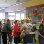 Goście oglądający prace dzieci
