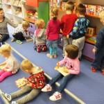 Dzieci korzystające z artykułów biblioteki