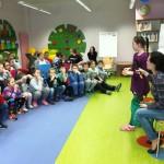 Dzieci słuchające swojej rówieśniczki