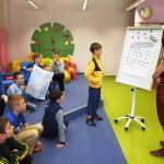 Dzieci przedstawiające swoje prace
