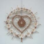 Naścieny wiklinowy element dekoracyjny z symbolem serca
