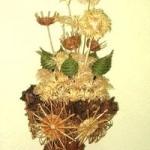Wiklinowy element dekoracyjny - wazon z kwiatami