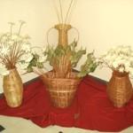Wiklinowe elementy dekoracyjne - wazony z kwiatami