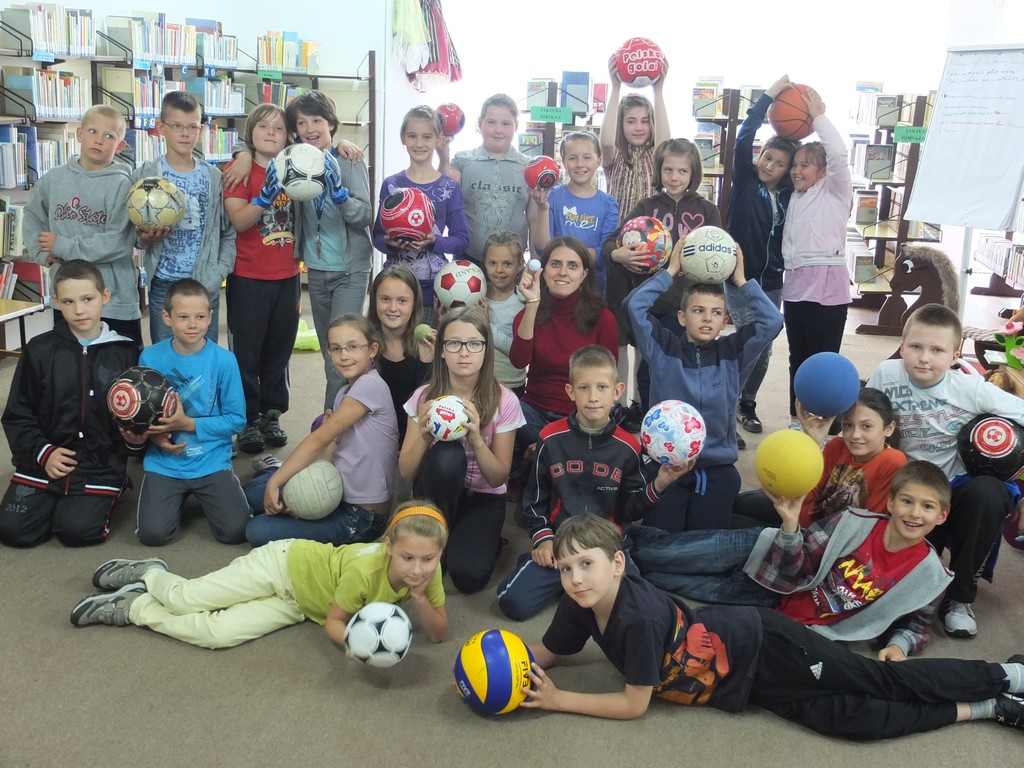 Zdjęcie grupowe dzieci trzmającymi piłki