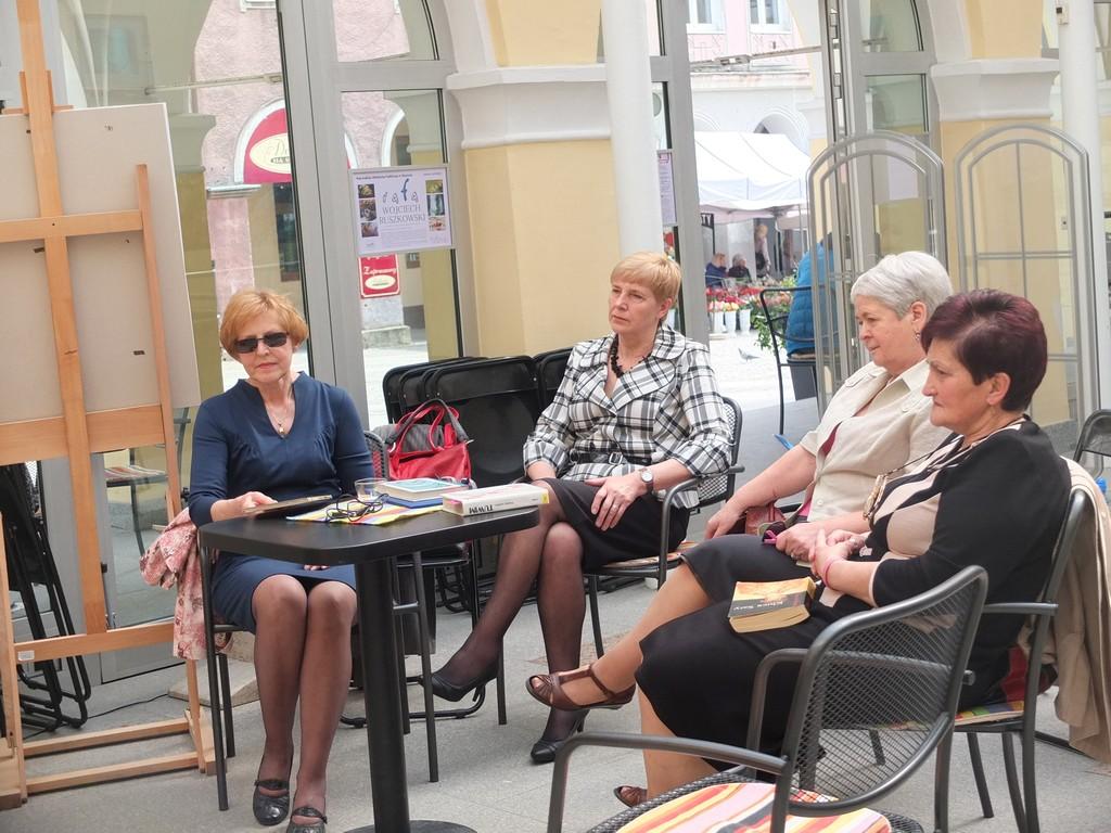 Cztery starsze panie siedzą przy stoliku w olsztyńskiej bibliotece