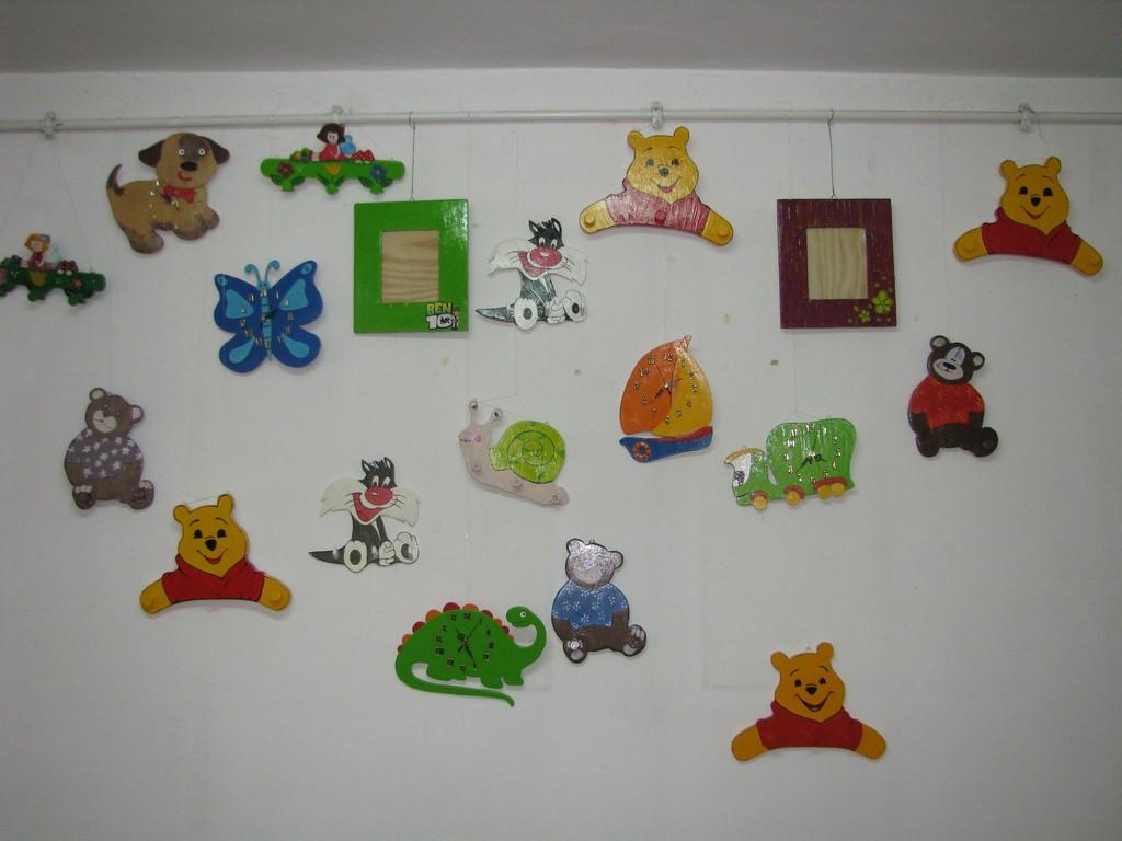 Wystawa zabawek wiszących na ścianie