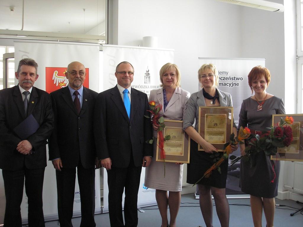 Laureaci konkursu i organizatorzy pozują do zdjęcia