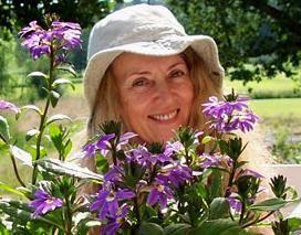 Portret Anny Onichimowskiej wśród fioletowych kwiatów