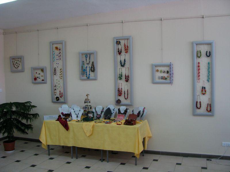 Wystawa naszyjników i innej biżuterii rękodzieła