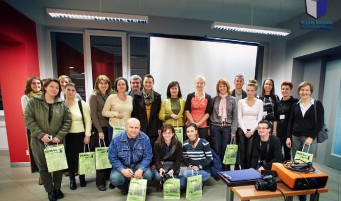 Zdjęcie grupowe rumuńskich bibliotekarzy z pracownikami biblioteki